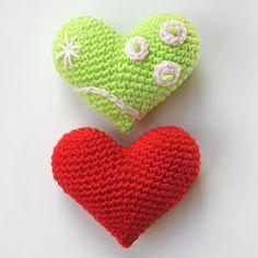 Ik heb vaak de neiging hartjes in rood of roze te haken, maar een andere kleur kan ook heel leuk zijn! Ik heb een rood hartje gemaakt, en ee...