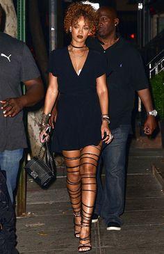 Look Rihanna com vestido preto e sandália gladiadora.