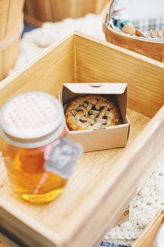mini apple pies  Photography by rebeccahansenweddings.com