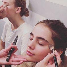 Séance maquillage dans les backstage du défilé Burberry