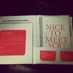 Um manual de boas vindas também pode ser simpático. Marketing e Recursos Humanos trabalhando em conjunto.