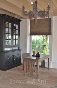 S 5 that hutch Cozy Living, Living Room, Belgian Style, Rustic Interiors, Vintage Furniture, Home Crafts, Home Kitchens, Beautiful Homes, House Plans