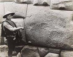 Artista :Martín Chambi    Título :Twelve point stone, Cuzco, Peru    Año :1890 ca