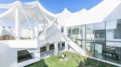 ソウルの仁川(インチョン)国際空港近くにある新開発エリア。そこにユニークな家が誕生した。その名も、「FLYING HOUSE(空飛ぶ家)」。ちなみに、この家の所有者は若いパイロットなんだとか。仕事だけでなく、プライベートでも大好きな空を感じたかったのだろうか?では、家の中をご案内しよう。 家のど真ん中にどーんと大きな庭が設置されている。これは中庭なのだろうが、リビングの延長としても使えることがで
