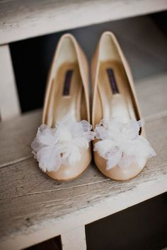 Feathers and silk organza petals shoe clips par mignonnehandmade, $40.00