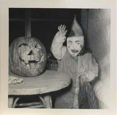 old / vintage Halloween photo of a little clown trick or treater. Don't get spooked, just passing through. Retro Halloween, Halloween Fotos, Vintage Halloween Photos, Creepy Halloween, Halloween Pictures, Holidays Halloween, Happy Halloween, Halloween Decorations, Halloween Costumes