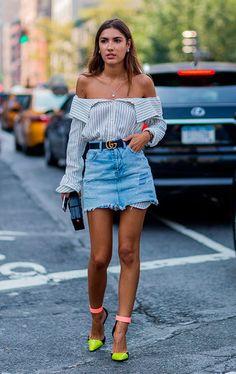 Street style look com camisa e saia jeans.