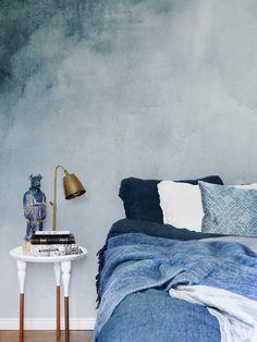 """Genau im Farbtrend liegt Photowall mit dieser Tapete """"Wasserfarbe Blau"""". Das Blau wurde sowohl von Dulux als auch von Pantone neben anderen zur Trendfarbe 2017 gewählt. Tapeten anzubringen ist natürlich nicht ganz so leicht wie streichen, andererseits habt ihr dann gleich einen tollen professionellen Look und keine Farbkleckse am Boden. Lasst euch aber vorher beraten."""