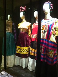 Feeling Crafty: Folklórico Clothes Pin Dolls!! Frida kahlo dresses