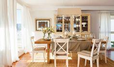 Comedor con mesa rústica y sillas blancas