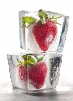 Congelare fragole in ghiaccio!  Per ottenere il ghiaccio extra chiaro, uso acqua bollita