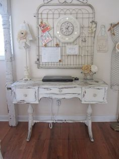 Shabby Chic Cottage - I love the vintage look of this office. Junk Chic Cottage, Style Cottage, Shabby Cottage, Shabby Chic Homes, Vintage Shabby Chic, Shabby Chic Decor, Vintage Decor, Shabby Chic Office, Decoration Shabby