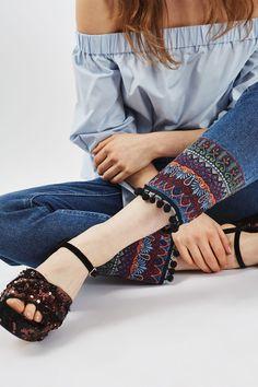 56 Ideas embroidery jeans ideas denim quilts for 2019 Denim Fashion, Fashion Pants, Boho Fashion, Fashion Dresses, Bridal Fashion, Jeans Refashion, Fashion Terms, Latest Fashion, Estilo Hippie