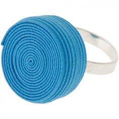 """Der Ring """"Rolly"""" in Hellblau vom Label Erste Sahne by Tanja Hartmann bringt auf originelle Art und Weise Farbe an deinen Finger. Der gerollte Gummitwist erinnert spielerisch an die eigene Kindheit. Versandkostenfrei innerhalb Deutschlands"""
