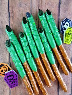 23 Easy and Scary Halloween Party Food Ideas : Spooky halloween zombie finger ideas. Halloween Cupcakes, Halloween Treats To Make, Halloween Brownies, Dessert Halloween, Halloween Party Snacks, Halloween Appetizers, Halloween Goodies, Halloween Birthday, Halloween Zombie