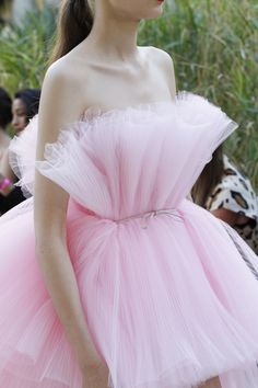 Giambattista Valli Fall 2017 Couture Fashion Show Pink Fashion, Couture Fashion, Runway Fashion, Fashion Show, Fashion Dresses, Fashion Design, Tulle Dress, Dress Up, Couture Collection