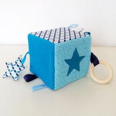 Stimulate the senses of baby and develop fine motor skills with this cube deve . Cube Bebe, Dou Dou, Baby Sense, Diy Bebe, Best Kids Toys, Baby Blocks, Sewing Projects For Kids, Sensory Toys, Baby Kind