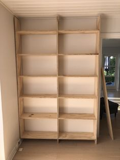 DIY – Hjemmebygget væg til væg bogreol | livingonabudgetdk Built In Furniture, Ceramic Studio, Laundry Room Design, My Room, My Dream Home, Room Inspiration, Diy Design, Home Office, Bookcase