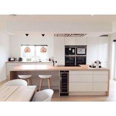 Une #cuisine #bois et #blanc ! #design #moderne http://www.m-habitat.fr/penser-sa-cuisine/budget-et-devis-cuisine/prix-d-une-cuisine-tout-equipee-1175_A
