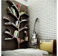 Repisa en forma de árbol para libros