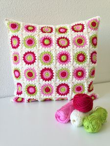 maRRose - CCC: sunburst granny square cushion, link to (free) square in blog post