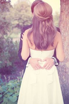 I love her hair, for my wedding i forsure want it down and very simple ! This photo idea is also pretty cute!