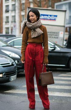 O bege ao lado do vermelho forma uma dupla infalível. Aposte sem medo em uma boa pantalona com um suéter nesses tons para o inverno. it girl - sueter-bege-calca-vermelha-cachecol-xadrez - bege - inverno - street style