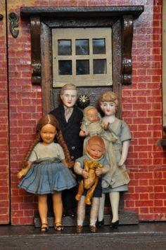 Dollshouse Days: The Barrett Family Dollhouse Family, Dollhouse Dolls, Miniature Dolls, Dollhouse Miniatures, Doll House People, My Doll House, Doll Houses, Antique Dollhouse, Realistic Baby Dolls
