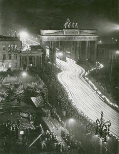 """Aus Anlass des 3. Jahrestages der Ernennung Adolf Hitlers zum Reichskanzler veranstalteten die Nationalsozialisten einen Fackelzug, der an die Kundgebung drei Jahre zuvor erinnern sollte. """"Der Siegeszug durchs Brandenburger Tor wie am 30. Januar 1933"""" lautete die Unterschrift zu diesem Foto im Völkischen Beobachter vom 31. Januar 1936"""