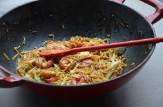 Gebakken spaghetti of noodels met scampi