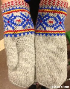 Mittens from East Finnmark, Sami pattern Knitted Mittens Pattern, Knit Mittens, Knitted Gloves, Knitting Patterns, Wrist Warmers, Hand Warmers, Knitting Yarn, Hand Knitting, Crochet Hats