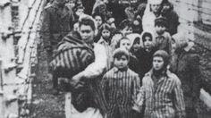 Eva (l) und Miriam (r) nach der Befreiung Ende Januar 1945. Für die Aufnahme zogen sie einen gestreiften Anzug an - normalerweise durften Zwillinge auch andere Kleidung tragen. http://www.n-tv.de/politik/70-Jahre-Befreiung-von-Auschwitz-Erinnerungen-einer-Ueberlebenden-article14391481.html