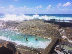 Quase na divisa entre os estados de Queensland e New South Wales Snapper Rocks é um paraíso para surfistas. Já para os que não se aventuram em uma prancha a praia de águas transparentes tem Snapper Rocks Pool resquícios de piscinas construídas em 1956 e que hoje mais parece obra da natureza. by mundoetc