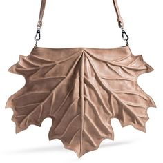 This design handbag is really the shape of a maple leaf. It is amazing how it is made with all the veins and still has the perfect function of a shoulder bag or backpack. Leather Bag Tutorial, Novelty Bags, Stylish Handbags, Unique Bags, Beautiful Handbags, Kate Spade Handbags, Fabric Bags, Handmade Bags, Leather Jewelry