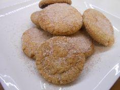 Υλικά 265 γρ. βούτυρο 400 γρ. αλεύρι 2 κ.σ. baking powder 250 γρ. ζάχαρη άχνη 1 κρόκο αυγό 2 βανίλιες ½ φλ. κρυσταλλική ζάχαρη 2 κ.σ. κανέλλα  Εκτέλεση Σε ένα μεγάλο μπολ χτυπάμε το κρόκο αυγού με τις βανίλιες για ένα λεπτό. Προσθέτουμε το βούτυρο και το χτυπάμε μέχρι να γίνει αφράτο . Προσθέτουμε σταδιακά , ενώ χτυπάμε, τη ζάχαρη άχνη. Συνεχίζουμε το ανακάτεμα και προσθέτουμε το αλεύρι και το baking powder. Συνεχίζουμε το ζύμωμα με το χέρι. Αφήνουμε τη ζύμη σκεπασμένη με μεμβράνη στο…
