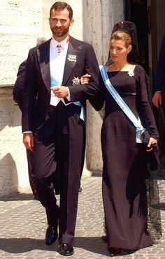 El próximo martes día 19 los Príncipes viajarán al Vaticano para acudir a la Misa de Inicio Solemne del Pontificado de Su Santidad el Papa Francisco. Para tal ocasión doña Letizia deberá vestir de ...