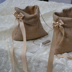 Μπομπονιέρα από λινάτσα με κορδέλα σατέν και μαργαριταράκι με 7 κουφέτα Χατζηγιαννάκη. Burlap Bags, Wedding Souvenir, Linens And Lace, Product Ideas, Beach Weddings, Pouch Bag, Deco, Centerpieces, Projects To Try