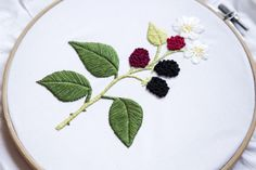 rencontre-avec-creatrice-Minia-Variopinto-pour-DMC-mures Embroidery Patterns Free, Modern Embroidery, Hand Embroidery, Cross Stitch Patterns, Embroidery Designs, Dmc, The Conjuring, Needle And Thread, Blackberry
