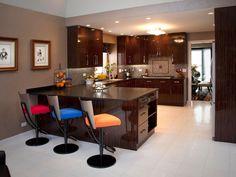 Кухня в стиле арт-деко: тонкости гармоничного интерьера и 75 избранных фотоидей на любой вкус http://happymodern.ru/kuxnya-v-stile-art-deko-foto/ Разноцветные стулья и дорогой лакированный кухонный гарнитур из дуба