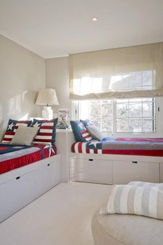 Cool way to place beds.  Maximizes floor space.
