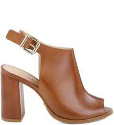 Tanto nos seus looks, quanto nas suas sandálias, você pode apostar no open back, que significa a abertura na parte traseira da roupa ou do pé. Febre entre as fashionistas europeias, a moda desembarca