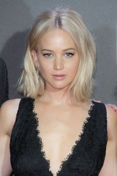 Jennifer Lawrence ice blonde ash bob is perfection Short Hair Styles For Round Faces, Hairstyles For Round Faces, Pretty Hairstyles, White Blonde Hair, Platinum Blonde Hair, Blonde Bob, Beige Hair, Ice Blonde, Short Hair Makeup