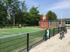 Sportkooi locatie Zoutkamp, afmetingen 15 x 25 meter. Geluids- en vandalisme-arme sportkooi uit onze Premium-serie. Met een Multiplay kunstgras speelvloer.