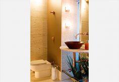 O lavabo da casa do empresário André Almada, decorado pelo arquiteto Nelson Kabarite, tem paredes forradas com tecido oriental