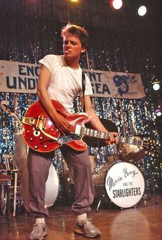 Marty McFly spielt Johnny B. Goode beim Enchantment Under The Sea Dance! – Marty McFly spielt Johnny B. Goode beim Enchantment Under The Sea Dance! – Marty McFly spielt Johnny B. Aesthetic Movies, Film Aesthetic, Aesthetic Vintage, Aesthetic Photo, Aesthetic Pictures, Michael J Fox, Marty Mcfly, 90s Movies, Iconic Movies