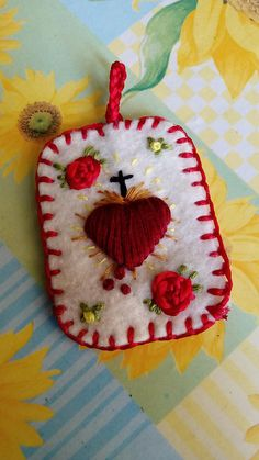 Hand embroidered scapular Escapulario Sagrado Corazón blanco