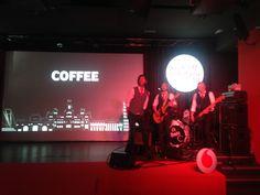 Band The Class escenario evento coffee break  decoracion set late night show
