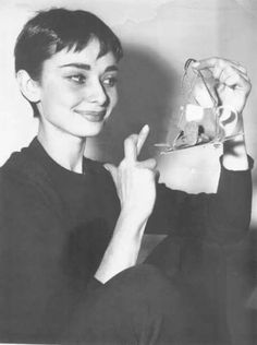 Audrey Hepburn a few days before the presentation of the Oscars. She crossed her fingers for luck as she was nominated for an Oscar for best actress. 1954