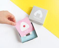 【ONIGIRI MEMO BOX】おにぎりメモボックス手のひらサイズのコンパクトな箱の中に2種類のおにぎりのイラストが描かれたメモ(カード)がたっぷり70枚。裏面は白無地なので、自由に絵を描くことも可能。ブルーのカードには『THANK YOU!』ピンク...