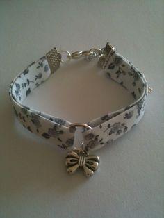 Bracelet Liberty blanc et gris breloque noeud - Schmuck , Bracelets Liberty, Ribbon Bracelets, Ribbon Jewelry, Jewelry Crafts, Jewelry Art, Beaded Jewelry, Jewelry Bracelets, Handmade Jewelry, Jewelry Design